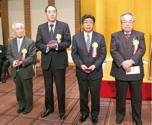 左から受彰者の原田恒男理事、青栁晴久理事 利根川政明副会長、阿部財智理事