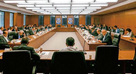 理事会で決算を審議している風景写真