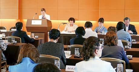 会議を審議する女性部会員の風景写真